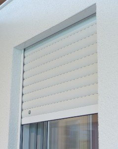 Alle Fenster erhalten weiße Rolladen mit einem Elektroantrieb